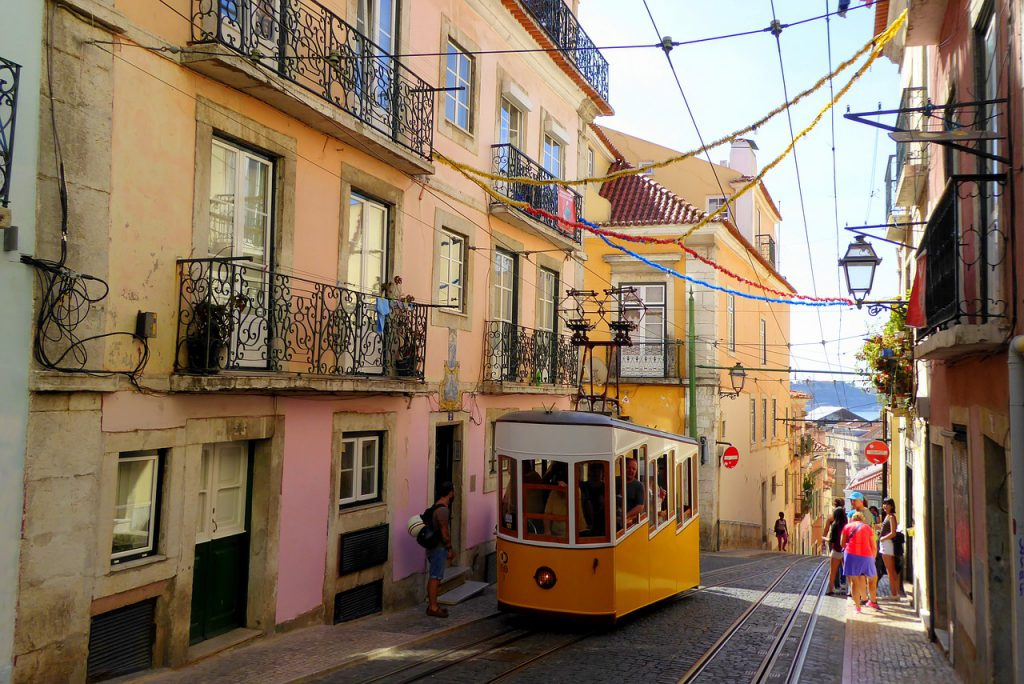 Trams in Lisbon / Check timetable and ticket prices.