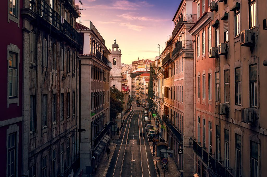 Hotels and apartments in Lisbon / What is the price for 2 people? In what district? We have a handful of tips for you!